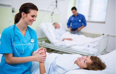 enfermera cuidando a un paciente de derrame cerebral en el hospital