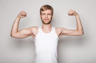 hombre con un brazo débil y un brazo fuerte después de un golpe