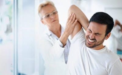 Hombre con dolor que es un efecto accidente cerebrovascular secuelas