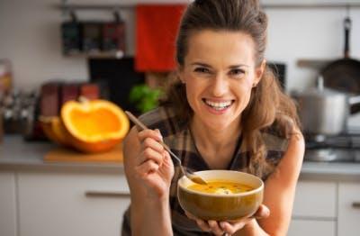 mujer comiendo sopa durante la recuperación del accidente cerebrovascular