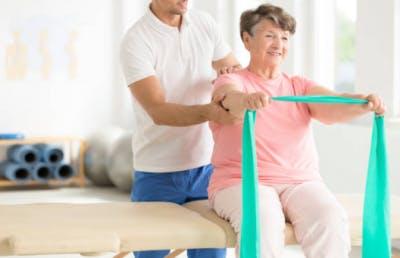 mujer haciendo terapia física durante la recuperación del accidente cerebrovascular