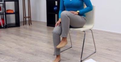 terapeuta que marcha las piernas para hacer ejercicio después de acv