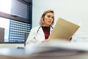 médico estudiando las causas del accidente cerebrovascular