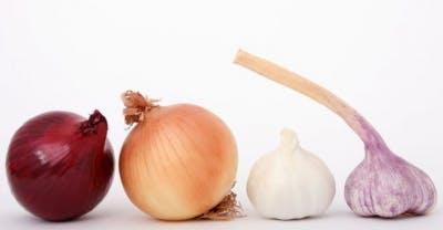cebollas de diferentes colores que contienen antioxidantes para prevenir accidente cerebrovascular