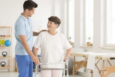 Mujer en recuperación de un derrame cerebral