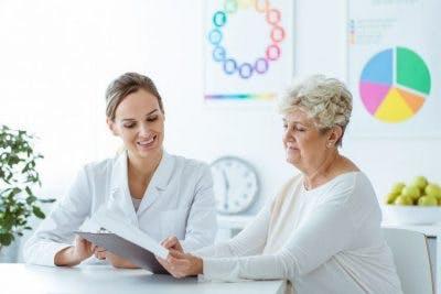 paciente leyendo factores de riesgo de derrame cerebral