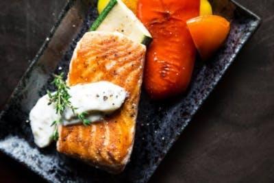 Platte mit Lachs und Lebensmitteln, die zur Heilung von Schlaganfällen beitragen