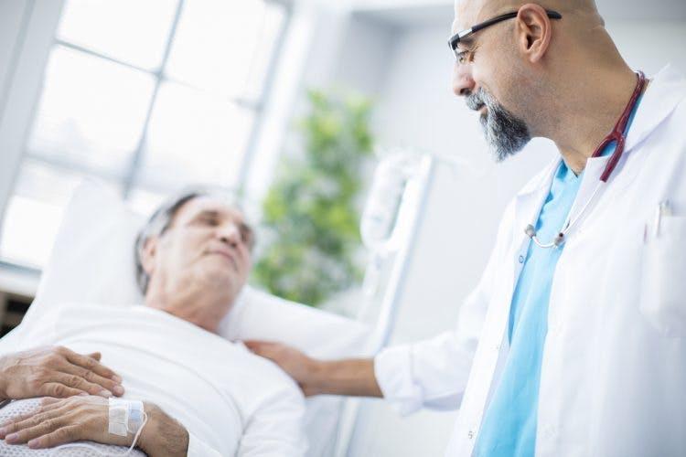 Arzt spricht mit dem Patienten über übermäßiges Schlafen nach einem Schlaganfall