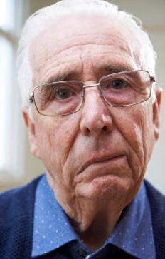 Mann zeigt Hirnstamm Schlaganfall Symptome des herabhängenden Gesichts