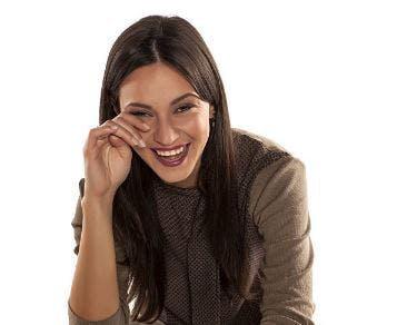 Frau lacht mit Tränen in den Augen