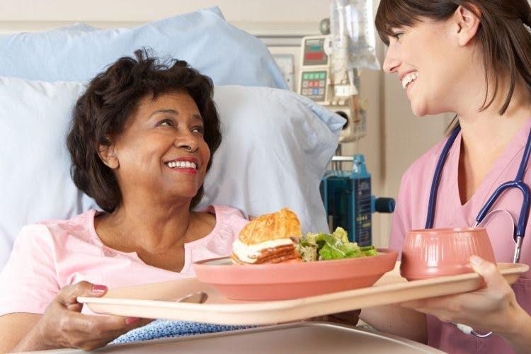 Krankenschwester hilft einem Schlaganfallpatienten, der nach einem Schlaganfall nicht schlucken kann