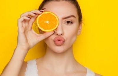 Frau verzieht die Lippen für die Sprachtherapie