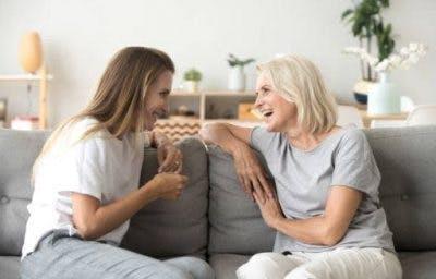 Zwei Frauen sitzen auf dem Sofa und reden