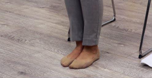 Therapeut mit flachen Füßen auf dem Boden