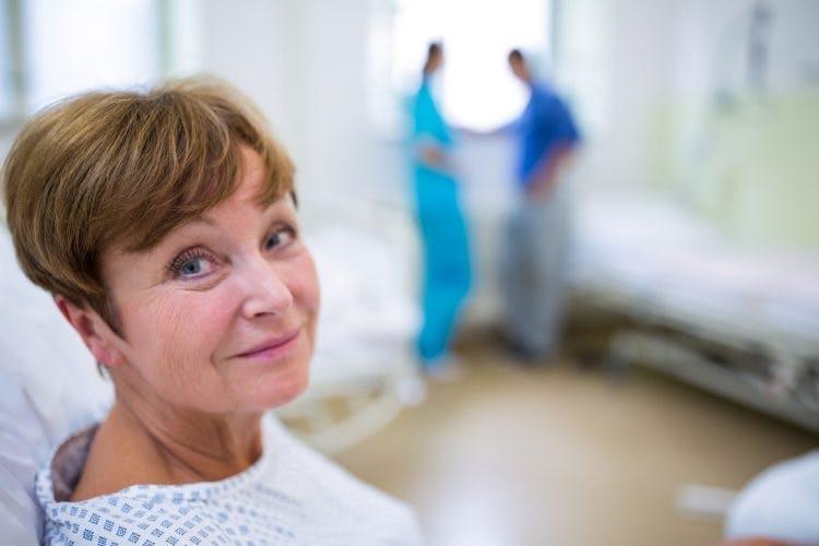 Frau im Krankenhaus in frühen Stadien des Schlaganfall-Genesungsprozesses