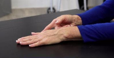 Ergotherapeut mit der Handfläche nach unten auf dem Tisch