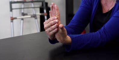 Therapeutin mit ausgestreckter Hand vor sich