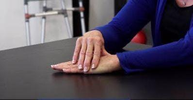 rechte Hand leicht seitlich nach links drücken