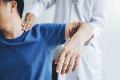 Therapeut arbeiten mit massiven Schlaganfallpatienten