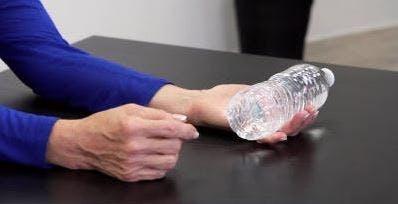 Therapeut hält Wasserflasche in der Hand für Übung