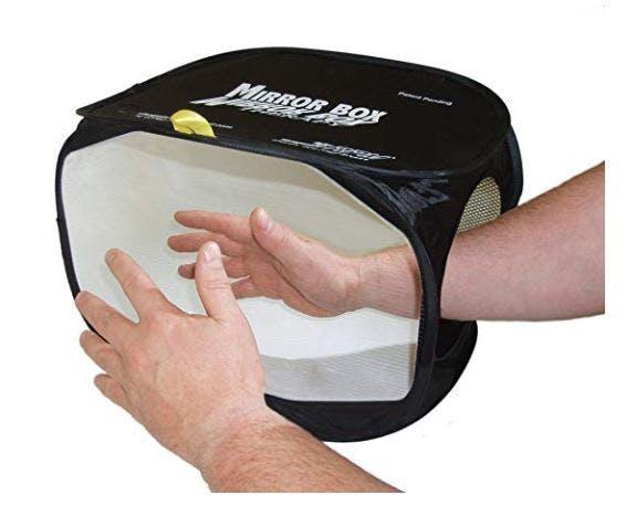 Mann verbessert die Handfunktion mit Spiegelbox-Ausrüstung für Schlaganfallpatienten