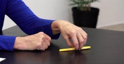 Therapeut dreht einen Stift auf einem Tisch