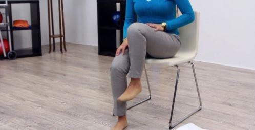 Ergotherapeut, der das rechte Bein durch Gangübungen anhebt