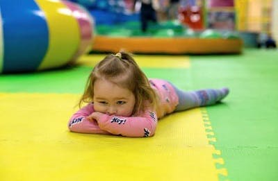 girl demonstrating one of the symptoms of cerebral palsy in preemies