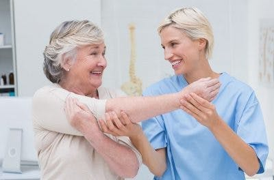 Therapeut macht passive Übungen zur Erholung von Schlaganfalllähmung