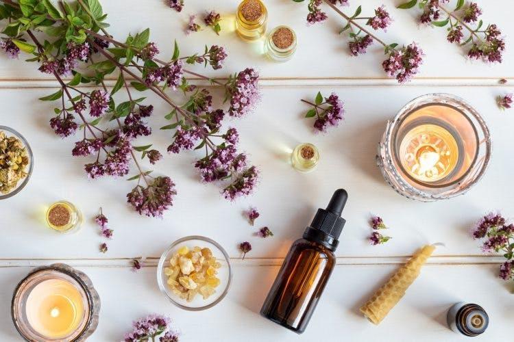 Stücke von Lavendel angeordnet mit natürlichen Heilmitteln auf weißem Hintergrund