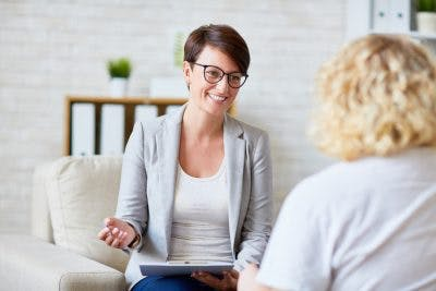 speech therapist talking to patient about treatment options for expressive aphasia after concussion