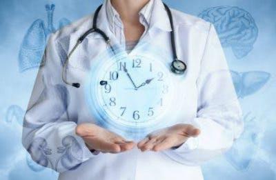 médecin tenant une horloge pour symboliser le temps de récupération