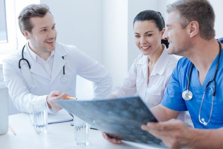 médecins discutant du traitement de récupération après un AVC