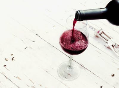 verre de vin rouge versé pour une alimentation équilibrée qui prévient les accidents vasculaires cérébraux