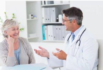 médecin discutant du temps qu'il faut pour retrouver l'équilibre après un AVC