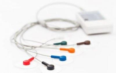 machine de stimulation électrique avec électrodes colorées pour la récupération de la main après un AVC