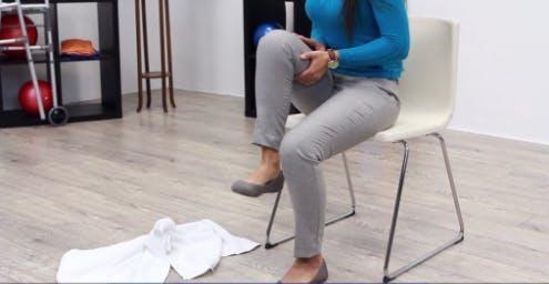 thérapeute soulevant une jambe en utilisant ses bras pour aider