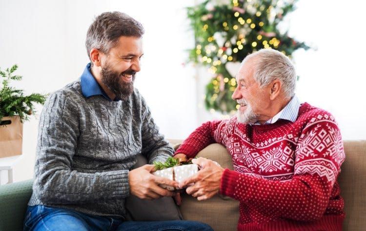 hijo dando a su padre un gran regalo para pacientes con accidente cerebrovascular