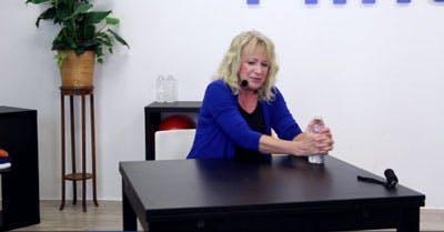 ergothérapeute avec exercice d'AVC sur table