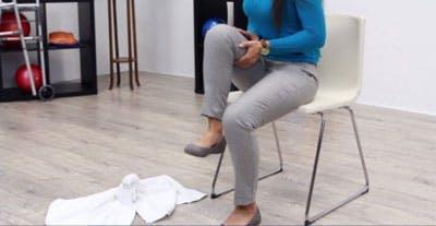 position de fin pour l'exercice de rééducation des jambes assises