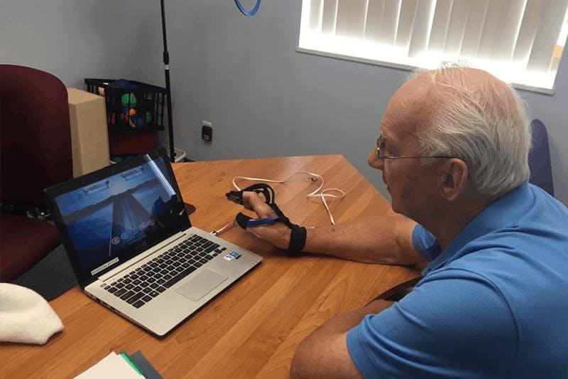 Mann mit MusicGlove Handtherapie