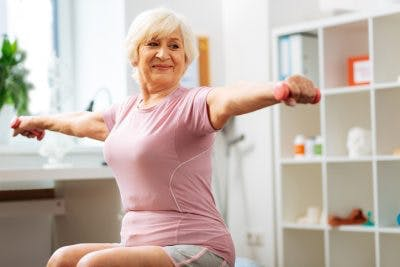 patient d'AVC faisant de l'exercice actif