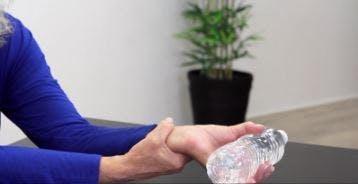 physiothérapeute montrant des exercices de récupération après un AVC