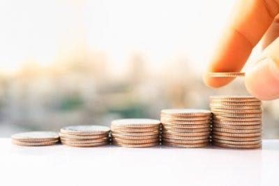 patient de thérapie de la main empilant des pièces de monnaie