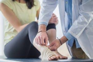 thérapeute donnant une orthese pour pied tombant