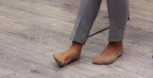 thérapeute soulevant le bord du pied du sol pour des exercices de pied tombant