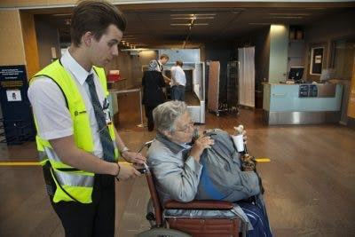 patient victime d'un AVC recevant une assistance spéciale à l'aéroport