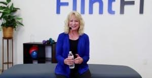 physiothérapeute tenant un équipement d'exercice