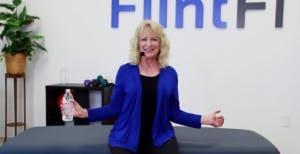 physiothérapeute déplaçant l'équipement d'exercice avec les bras