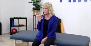 ergothérapeute avec bouteille d'eau montrant des exercices de bras pour les patients victimes d'un AVC